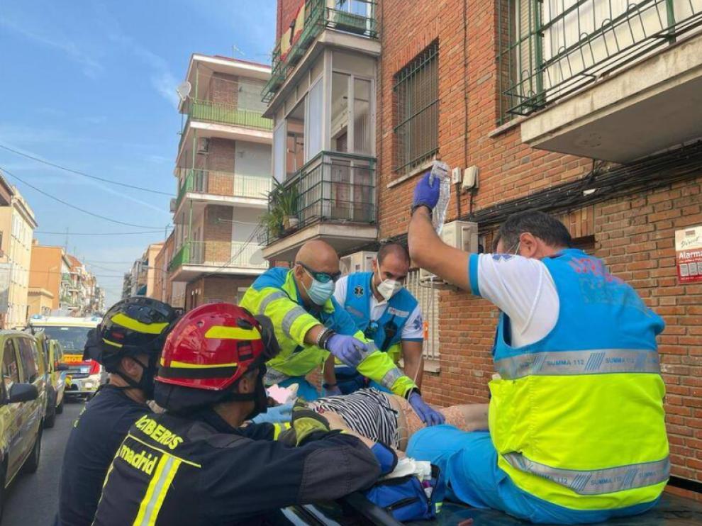Efectivos de Emergencias y Bomberos atienden a la mujer en el lugar del suceso.