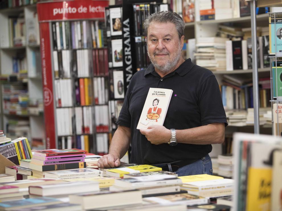 Manuel Contreras, con su libro 'Los arroces que he comido', en la librería Antígona.