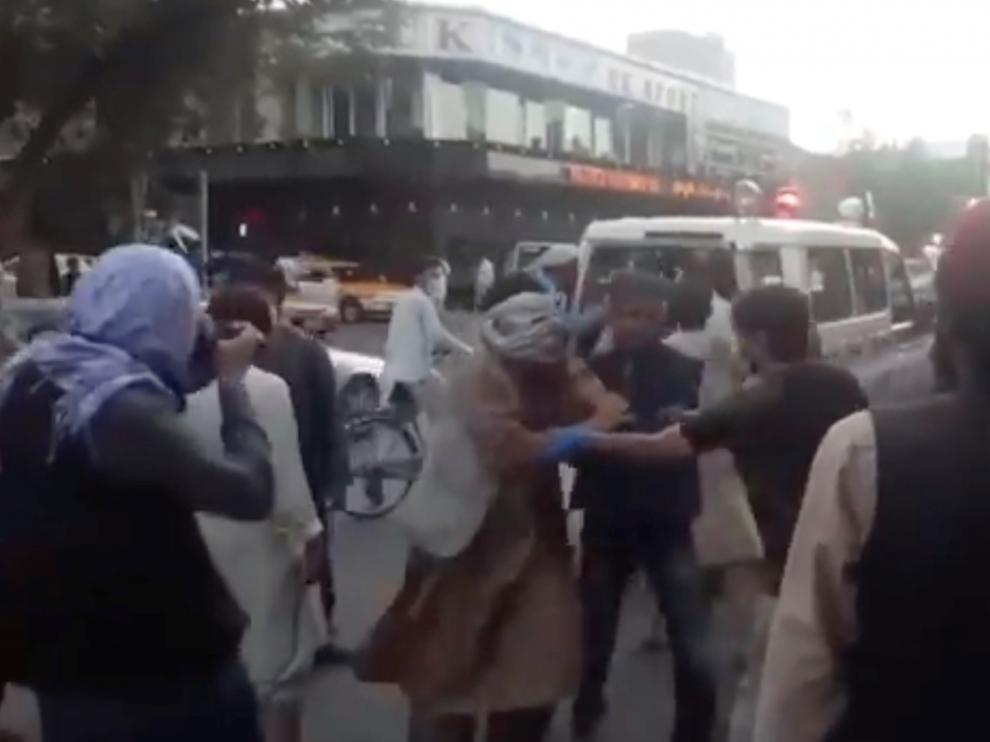 Personas heridas en las inmediaciones del hospital de Kabul