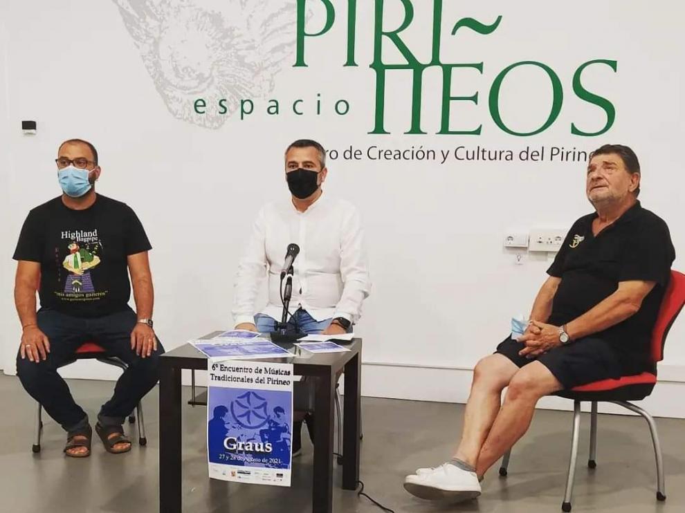 Los gaiteros Sergi Llena y José Ramón Colomina junto al concejal de Cultura de Graus, Julián del Castillo, en la presentación del encuentro.