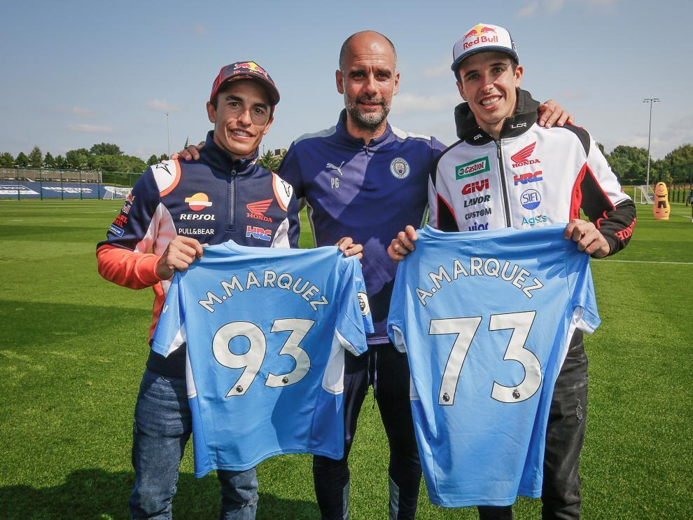 Los hermanos Márquez visitan la ciudad deportiva del Manchester City antes del GP de Inglaterra de MotoGP