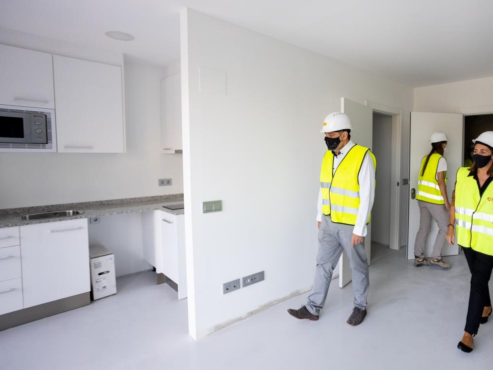 Los concejales Eduardo Mendoza y Carolina Andreu visitaron ayer las obras de los pisos de Las Fuentes.