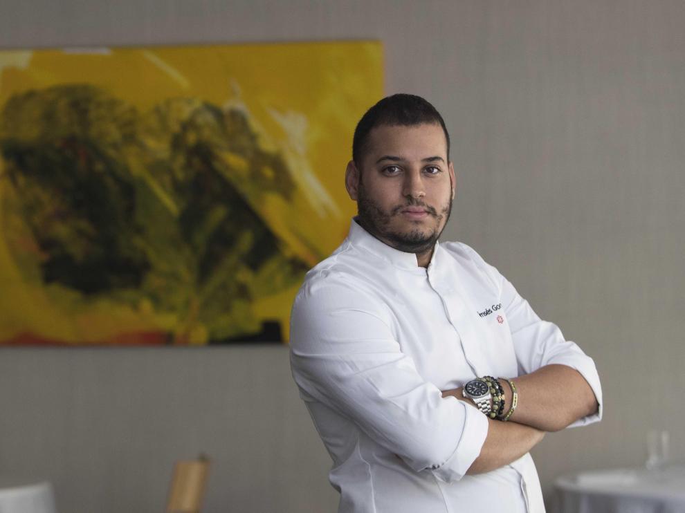 Ramces González, chef y copropietario del restaurante Cancook, en la sala del establecimiento zaragozano.