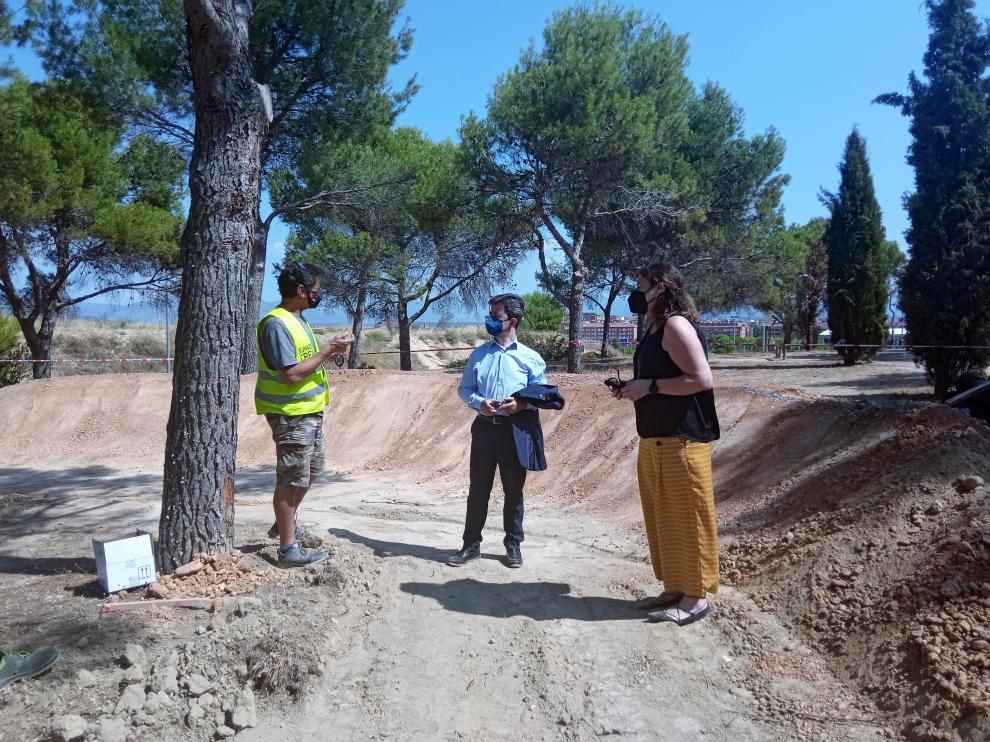 El alcalde de Huesca y la concejala de Urbanismo visitan las obras en el cerro de San Jorge.