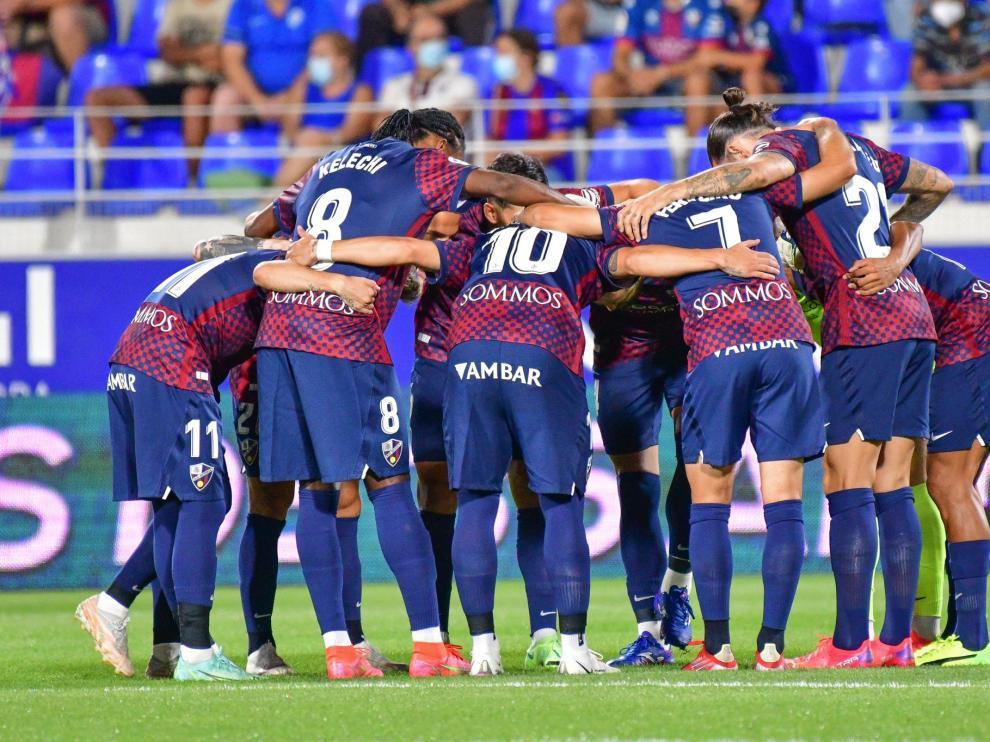 Los jugadores de la SD Huesca, reunidos en corro.