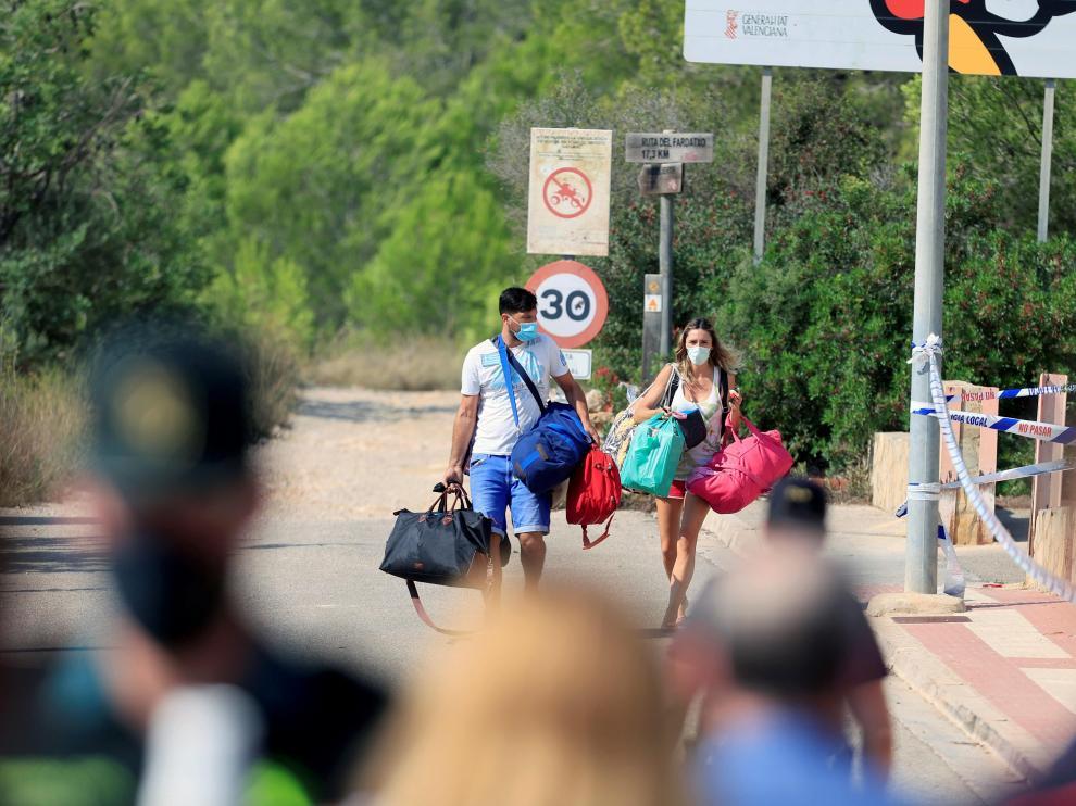 Familias del edificio siniestrado acceden a él para recoger sus cosas, este viernes en Peñíscola.