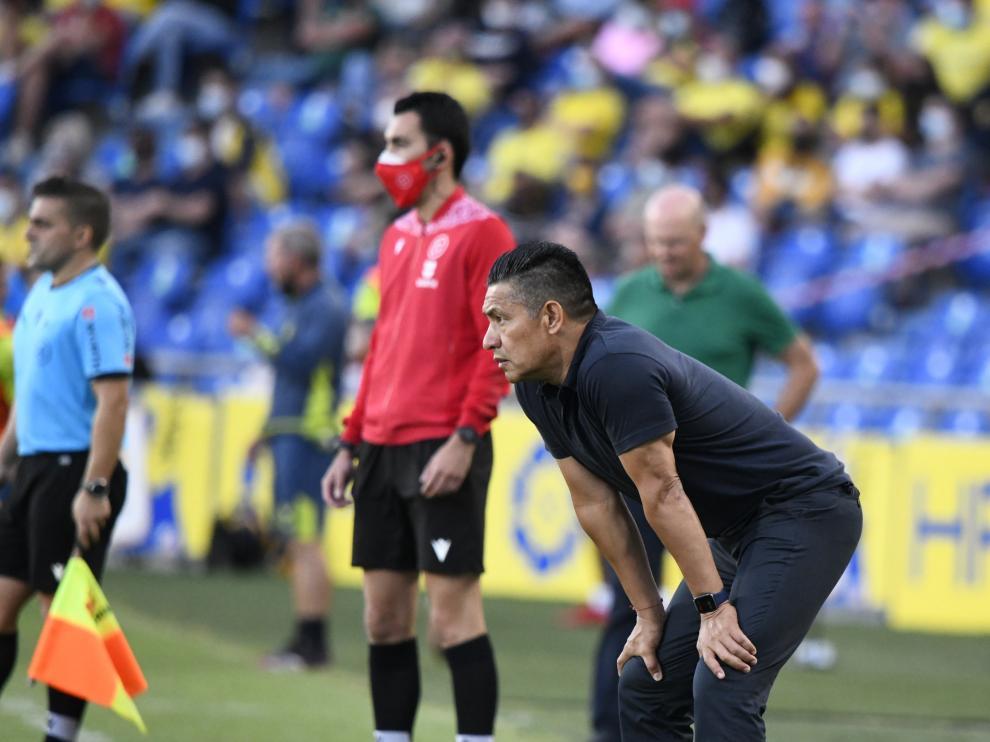 Nacho Ambriz observa a sus jugadores durante el encuentro con Las Palmas.