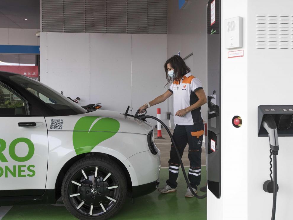 Punto de recarga de coches eléctricos en la estación Los Ibones Zoilo Ríos, en Zaragoza.