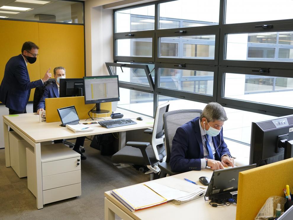 Trabajadores en un oficina de Caixa Bank de la Gran Vía de Bilbao