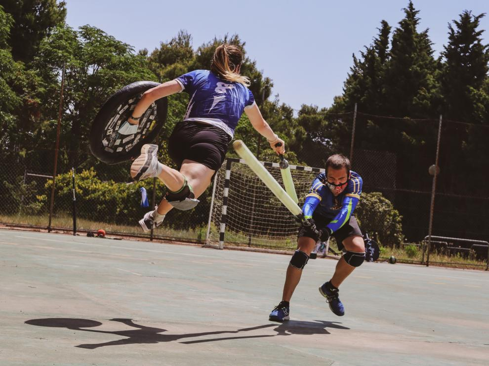 Unas 30 personas juegan a jugger en Zaragoza y participan en competiciones nacionales