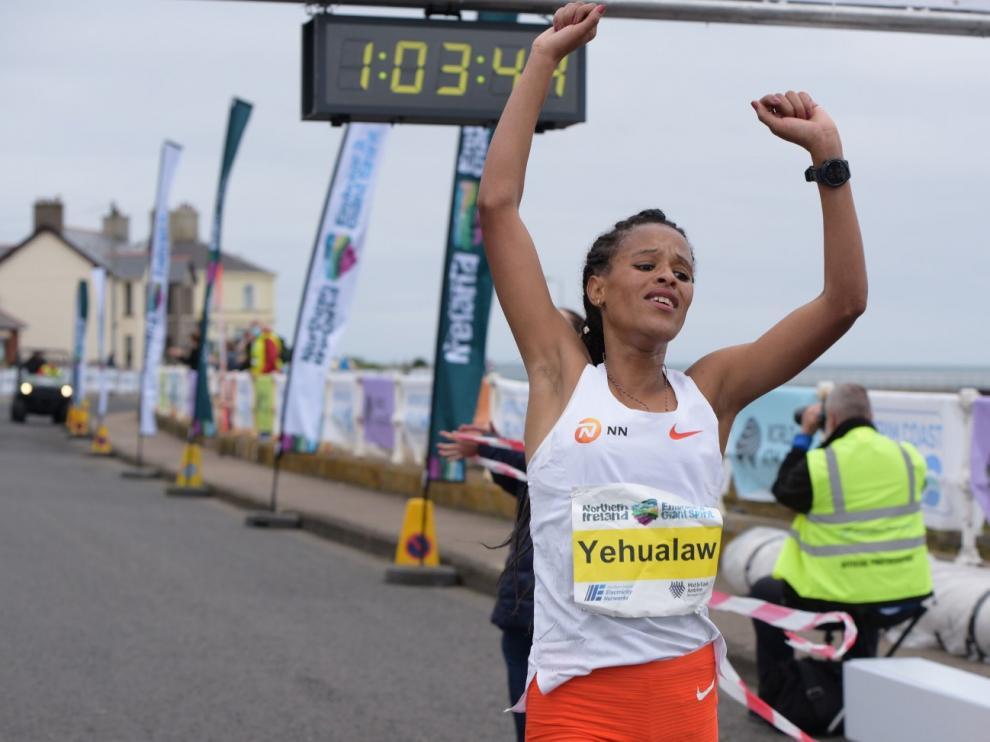 La atleta etípe llega a la meta.