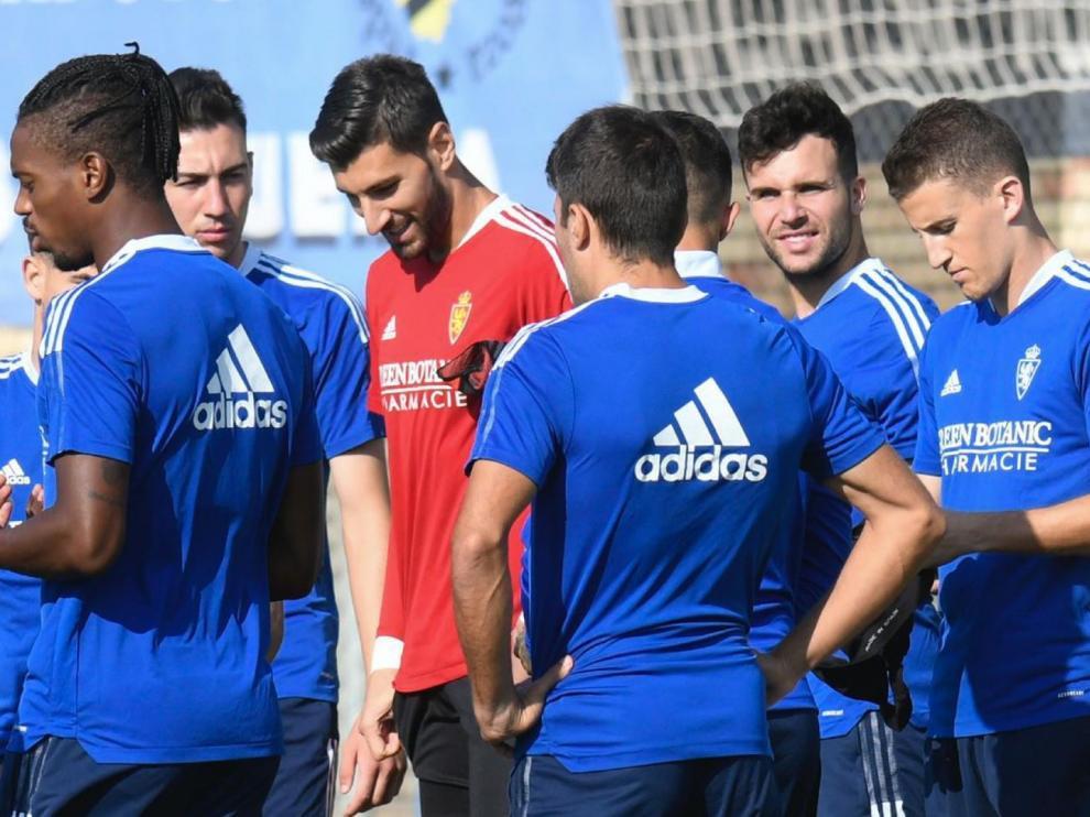 Varios jugadores del Real Zaragoza en un entrenamiento de esta semana pasada. Mirando a cámara, segundo por la derecha, Álvaro Giménez.