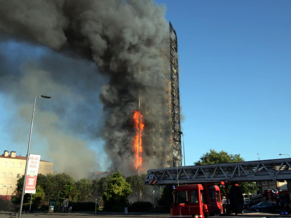 Un incendio acaba con un edificio de Milán de 20 pisos.