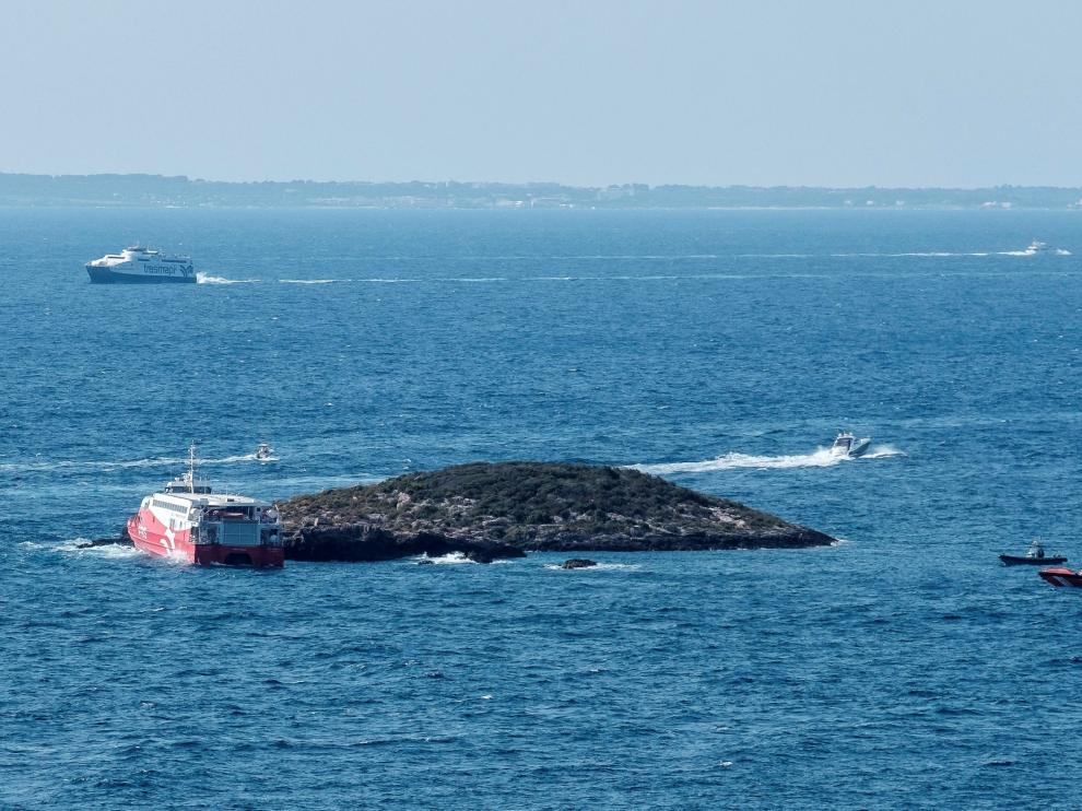 Vista del islote contra el que chocó ayer sábado el ferry de la naviera alemana FRS, que cubre la ruta entre las Pitiusas, con 48 personas a bordo.