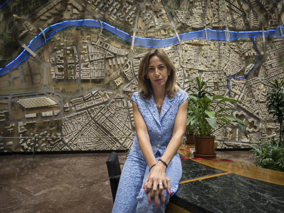 La edil de Movilidad y Servicios Públicos, Natalia Chueca, en el vestíbulo del Ayuntamiento de Zaragoza