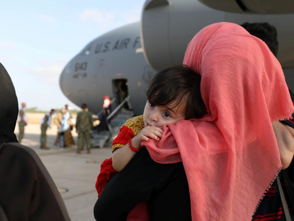 Afganos evacuados llegan a la base de Rota.