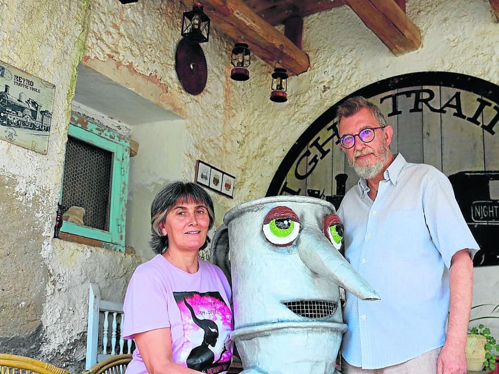 Araceli Gil y Domingo Castillo con su personaje Oleíco.