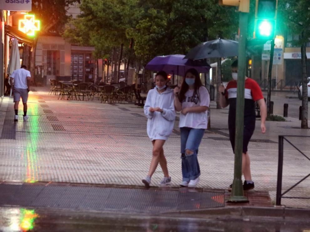 La ciudad de Huesca no se ha librado este lunes de las tormentas, aunque no han causado problemas graves.