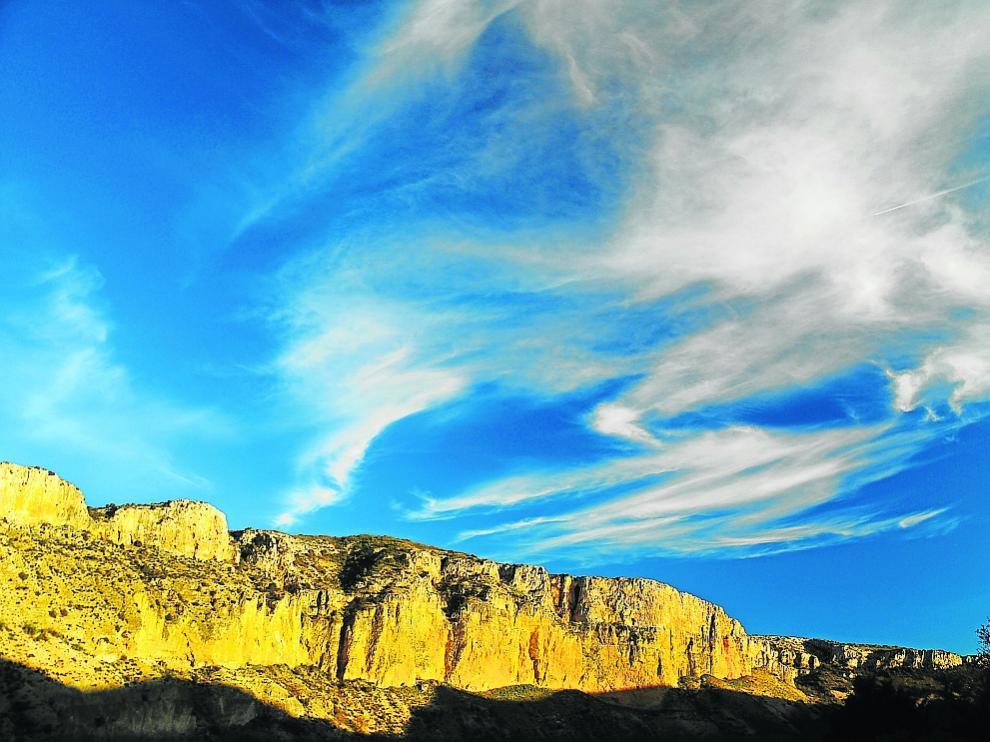 Las impresionantes paredes de Mezalocha ante el azul del cielo.