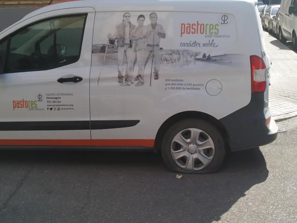 Uno de los vehículos que apareció con las ruedas rajadas en el barrio Jesús de Zaragoza.