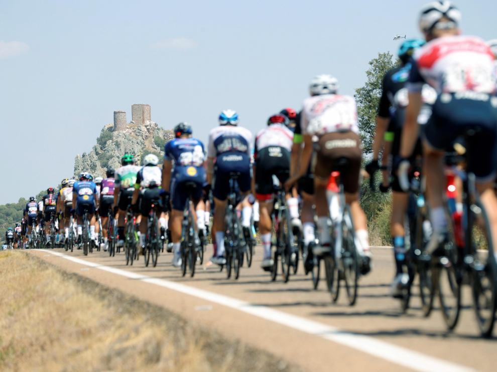 El pelotón de la Vuelta Ciclista a España, entre las localidades de Belmez (Córdoba) y Villanueva de la Serena (Badajoz)