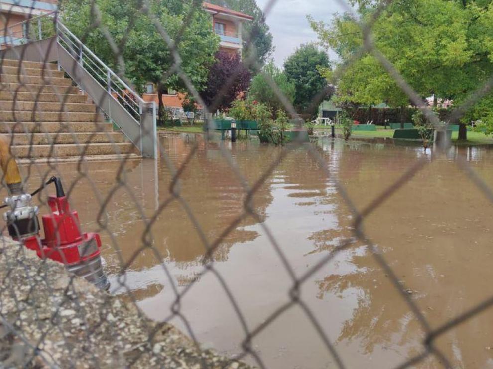 Así ha quedado el jardín de la residencia de mayores de Cedrillas tras la tormenta de este lunes.