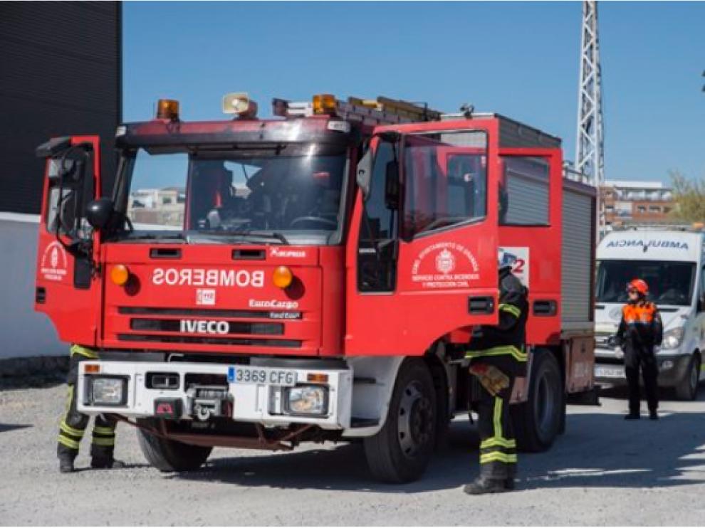 Efectivos de bomberos y sanitarios de Granada en una imagen de archivo.