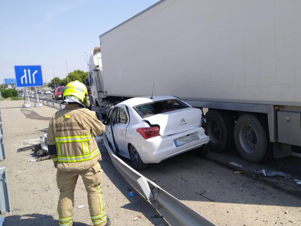 La pareja que viajaba en el vehículo ha sido trasladada al hospital y el carril derecho ha quedado inutilizado debido al accidente lo que ha provocado algunas retenciones en el tráfico.
