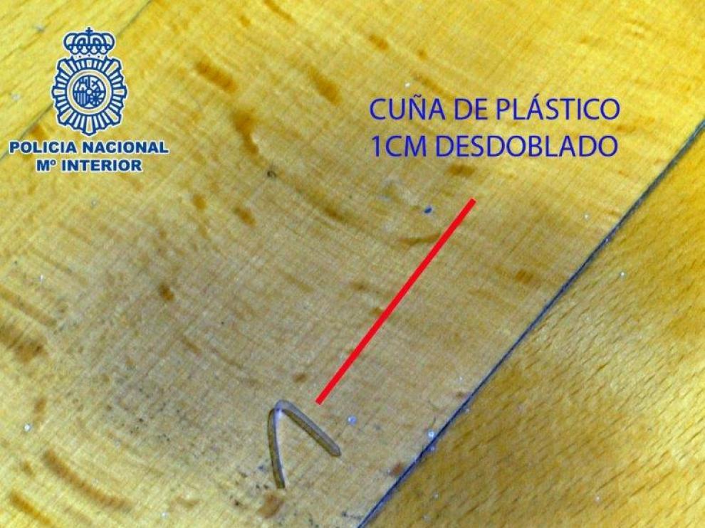 Marca dejada por los ladrones en uno de los pisos que luego robaron en Huesca.