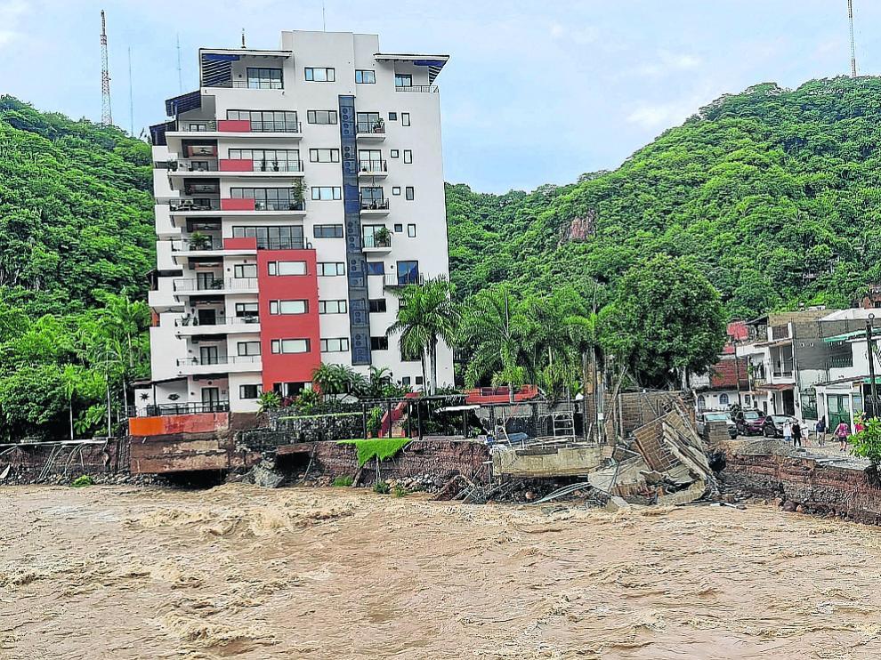 Varios edificios ubicados junto al río Cuale se vinieron abajo, entre ellos el hotel CoWork.