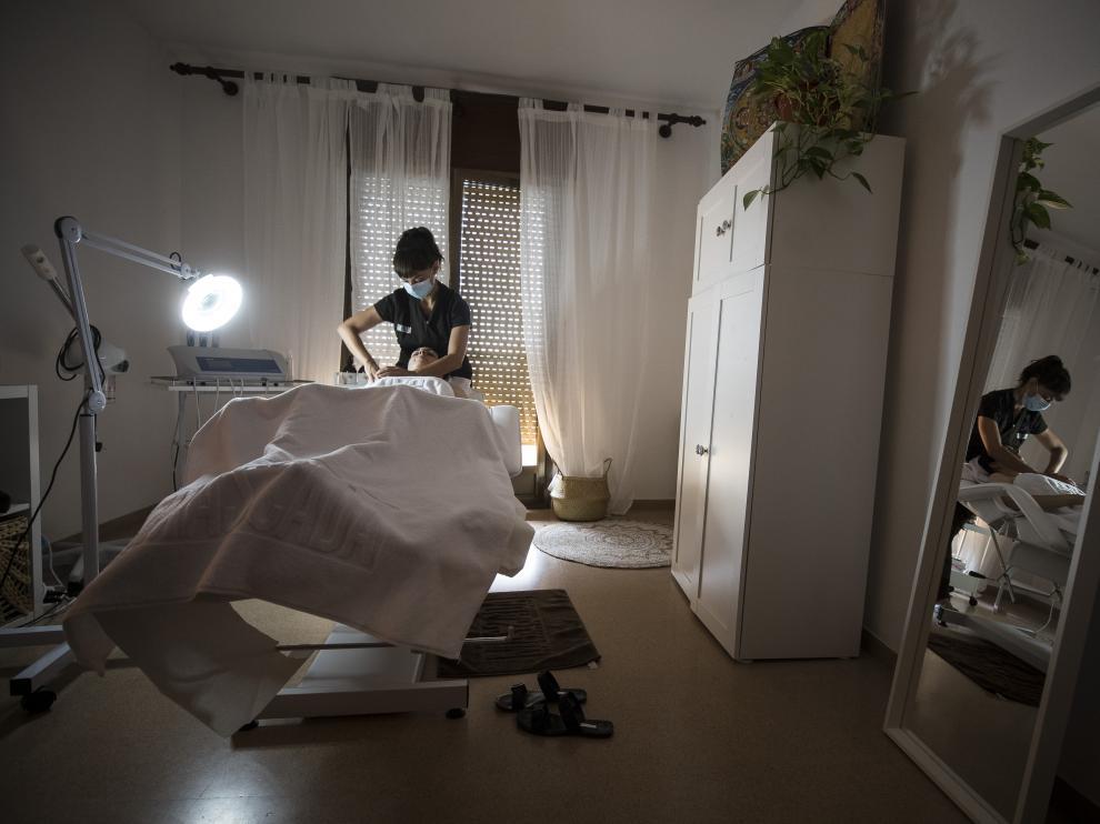 Laura Moreu aplica una radiofrecuencia en su local de Robres