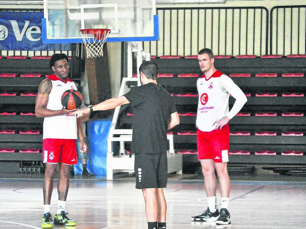 Los jugadores Okoye y Radoncic, en el entrenamiento del Casademont en Benasque.