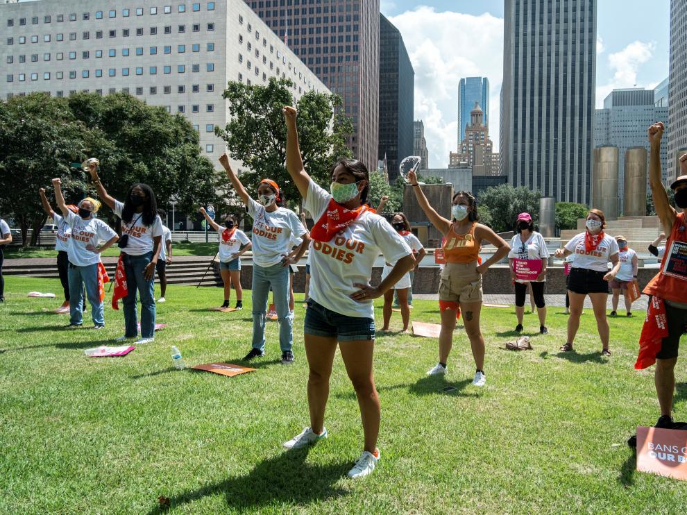 Activistas protestan en ciudades de Texas contra ley que restringe el aborto