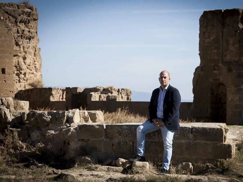Javier Belenguer, ex-alcalde de Quicena, en el Castillo de Montearagón.