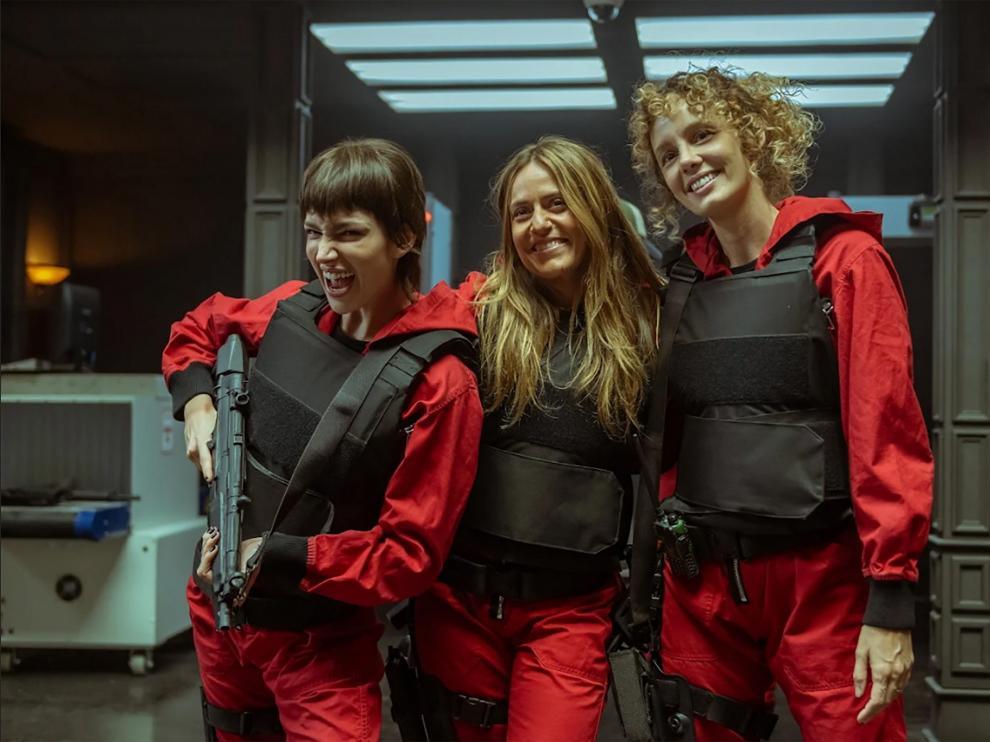 Úrsula Corberó, a la izquierda, junto a dos compañeras de 'La casa de papel'