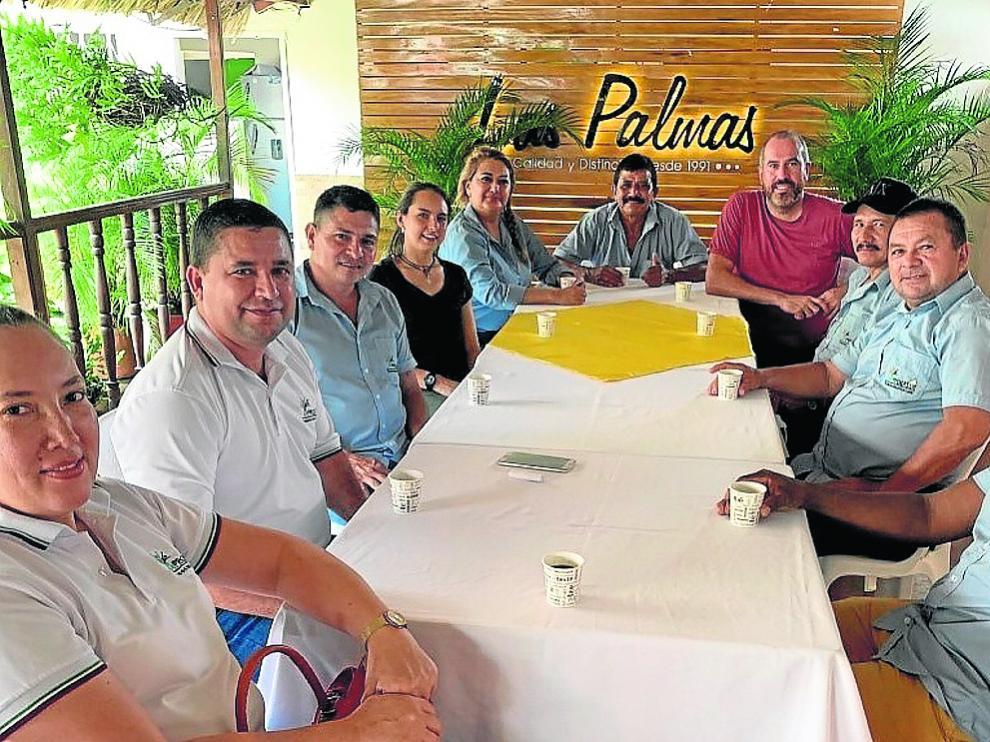 Alberto Arellano, con representantes de la empresa Aprocasur, en Colombia.