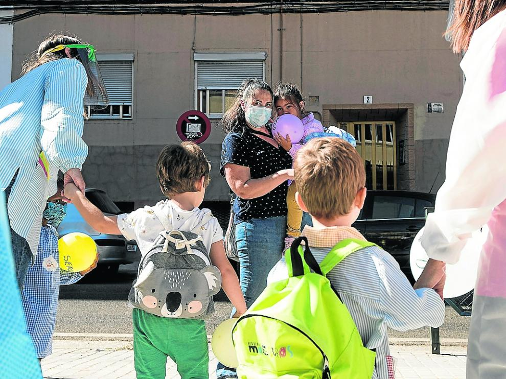 Varios niños, el año pasado durante la primera jornada del curso escolar en un colegio de Zaragoza.