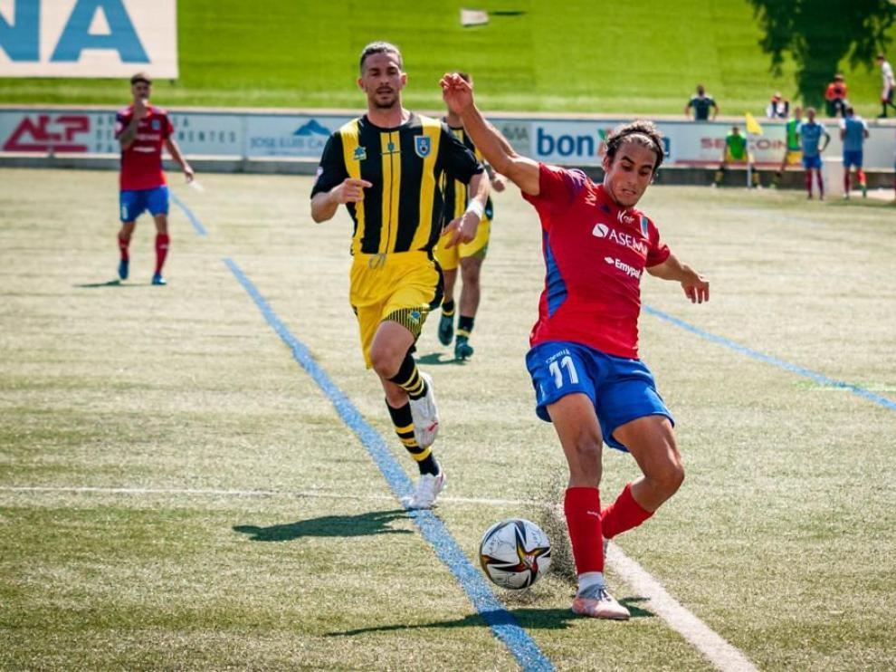 Sancho, jugador del Tarazona, trata de controlar un balón ante la presión de un rival.