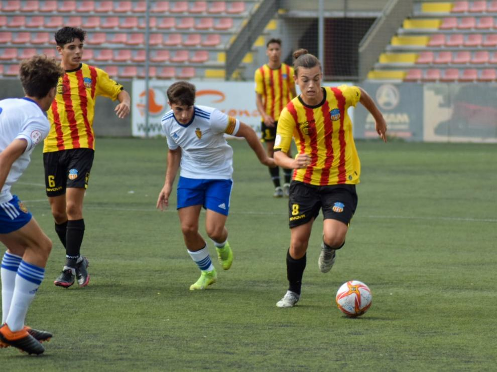 Dos jugadores zaragocistas presionan a un jugador del Sant Andreu.