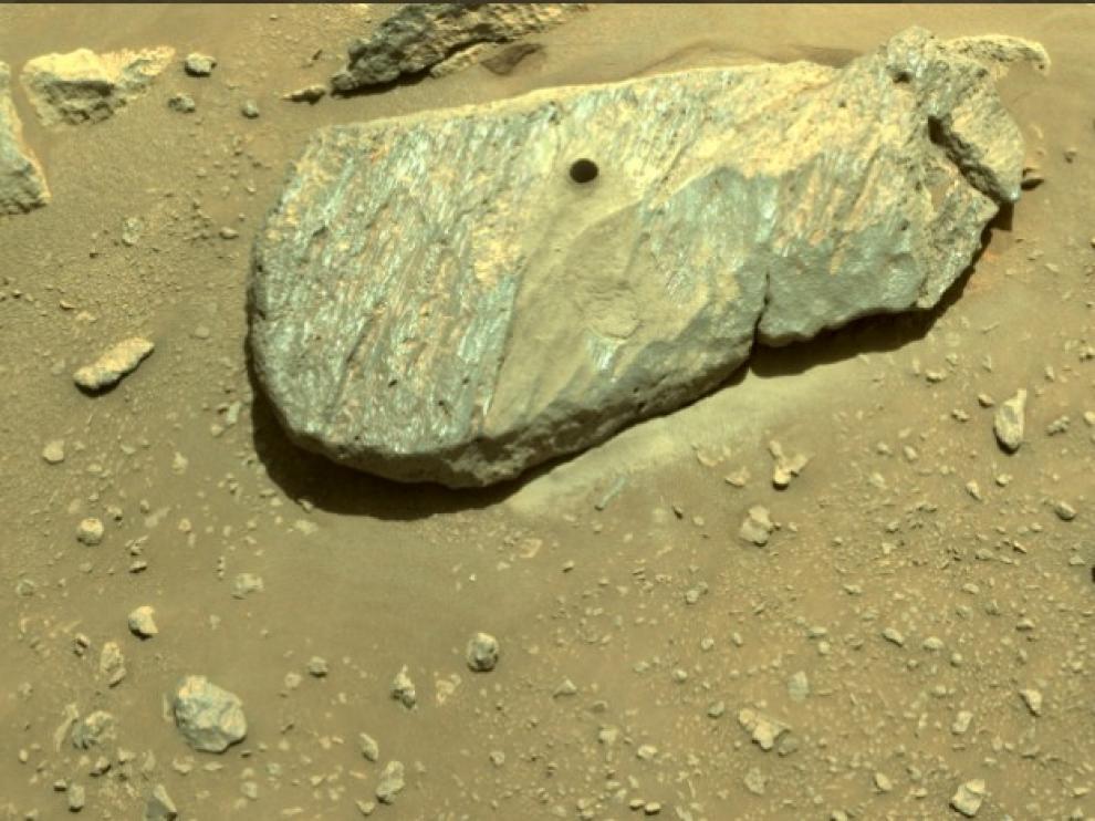 La roca con el agujero hecho por 'Perseverance'.