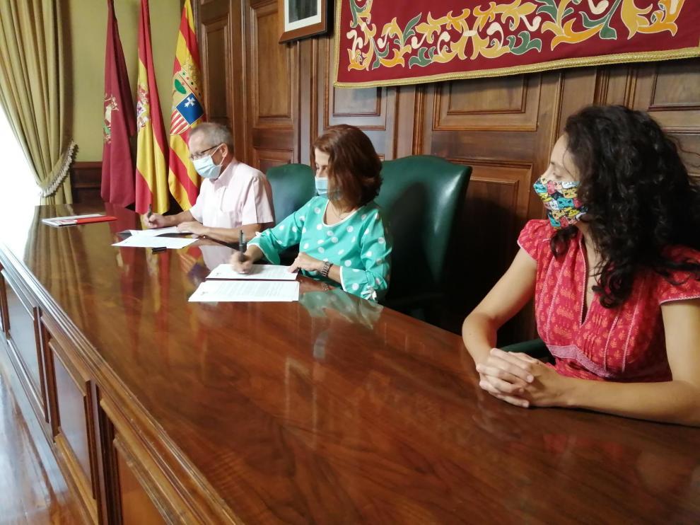 Juan Marco, director de Cáritas; la alcaldesa de Teruel, Emma Buj; y la concejala de Servicios Sociales, Nuria Tregón, en la firma del convenio este martes.