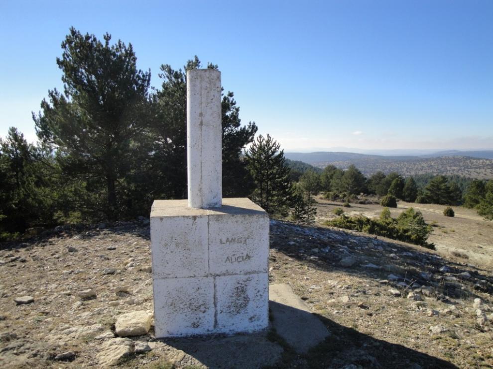 Monumento en la cima de la Cruz de los Tres Reinos que indica en lugar de reunión de los reyes.