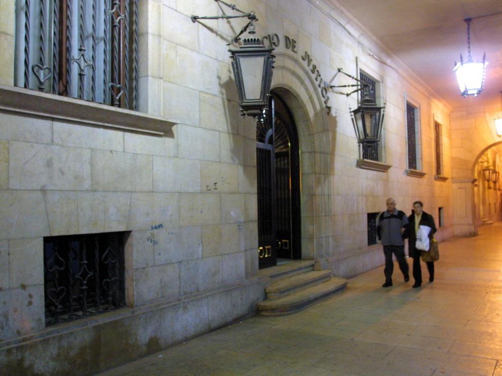 Acceso principal al Palacio de Justicia de Teruel.