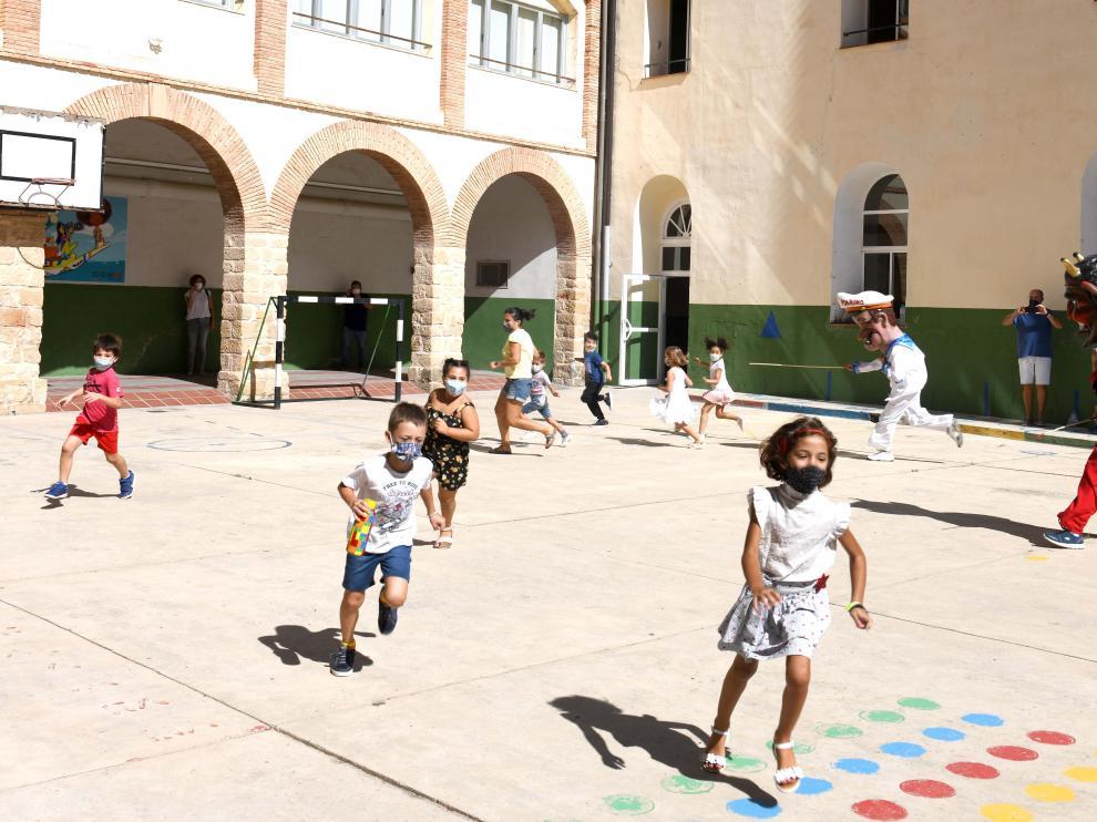 Los cabezudos visitaron este miércoles el patio de recreo de los colegios alcañizanos.