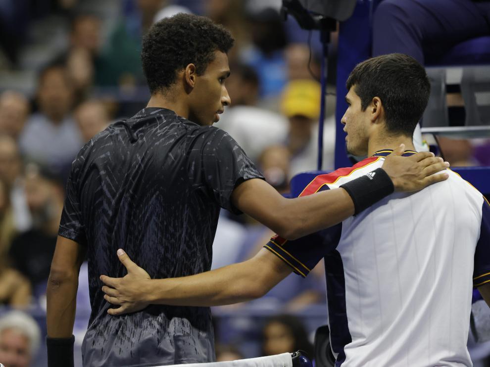 SAuger-Alliassime y Alcaraz se abrazan tras el abandono del español.