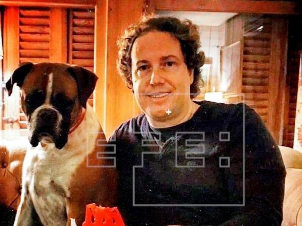 Jorge junto a su boxer Dallas, en una imagen cedida por la familia.