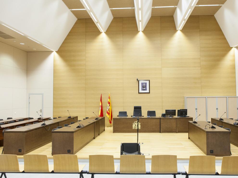 Los acusados y los abogados entraron en la Sala 3 del edificio de Fueros de Aragón de la Ciudad de la Justicia.