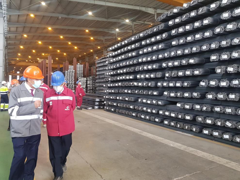 El vicepresidente del Gobierno de Aragón y ministro de Industria, Arturo Aliaga, con el presidente de de Megasa, José Antonio Freire, en la planta zaragozana del grupo gallego