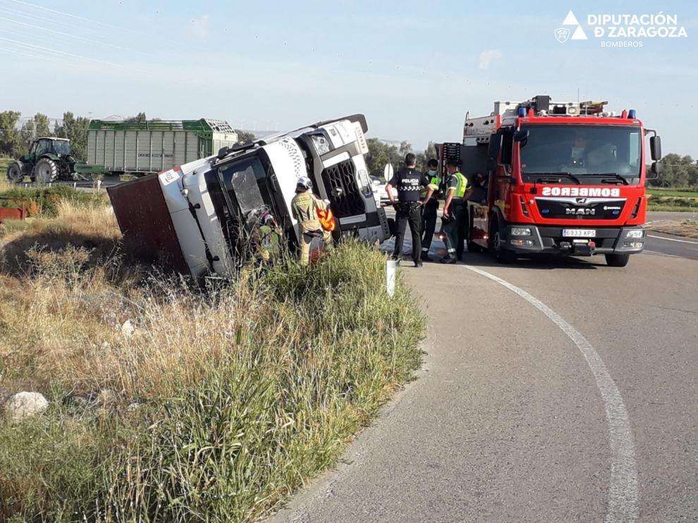 Imagen del camión accidentado este miércoles en Tauste.