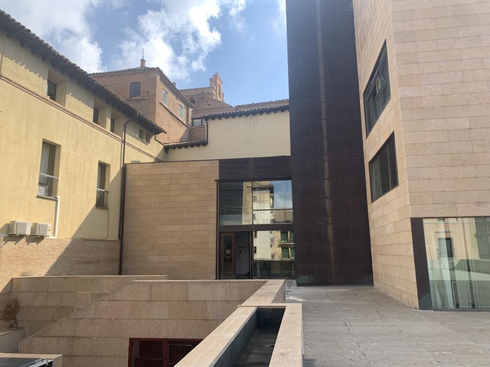 Acceso al Ayuntamiento de Huesca por la parte posterior del edificio.